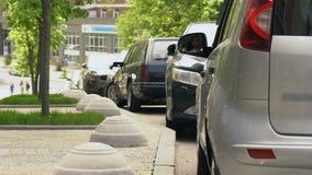供以人员投掷的垃圾在车窗外面,环境污染,生态在城市 影视素材