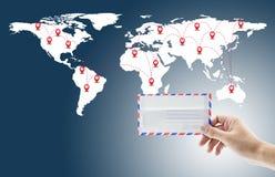 供以人员拿着信封和电子邮件与世界社会媒介网络连接 库存照片