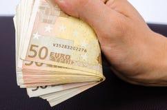 供以人员拿着几50张欧洲钞票的手 免版税库存图片