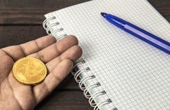 供以人员拿着在他的手上的bitcoin在木背景 免版税库存图片