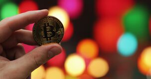 供以人员拿着在被弄脏的色的背景的手金黄隐藏货币BTC Bitcoin硬币 股票录像