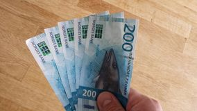 供以人员拿着挪威人200冠纸币货币的新的2017年编辑 免版税库存照片