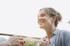 供以人员提议对他愉快的女朋友爱和户外婚姻概念 库存图片