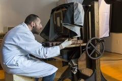 供以人员操作一台巨大的湿板19世纪胶棉照相机 免版税库存照片