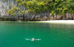 供以人员放松在热带海滩的水中 图库摄影