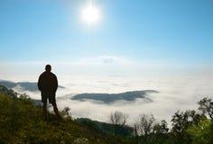 供以人员放松在远足在美丽的有雾的山的旅行 免版税库存照片