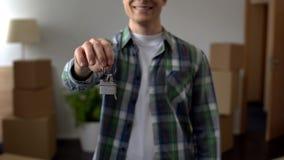 供以人员显示从公寓的钥匙,付得起的借贷,房地产投资 免版税库存图片