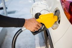 供以人员替换物和填装的油气燃料在驻地 加油站-换装燃料 免版税库存照片