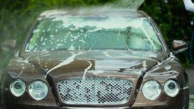 供以人员有喷水枪的,精华洗车事务清洗的昂贵的车 股票视频