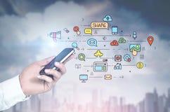供以人员有智能手机的,社会媒介城市s手 库存图片