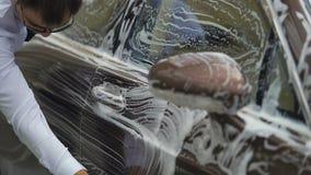供以人员有泡沫的,昂贵的洗车服务,事务清洁豪华汽车 股票视频