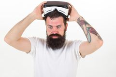 供以人员有虚拟现实耳机的有胡子的行家在被隔绝的白色背景 使用VR耳机的引起轰动的感觉 库存照片