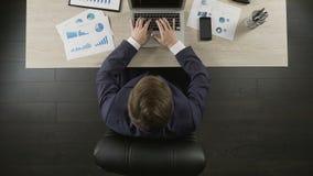 供以人员松劲在办公室椅子放松和满意对企业项目 股票录像