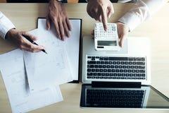 供以人员标志由于房屋贷款的一个家庭保险单,代理举行贷款 库存照片