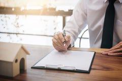 供以人员标志由于房屋贷款的一个家庭保险单,商人标志 免版税库存图片