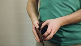供以人员检查他空的钱包,破产,没有金钱,债务,抵押 影视素材
