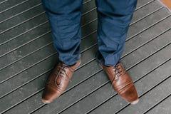 供以人员正式鞋子 免版税库存照片