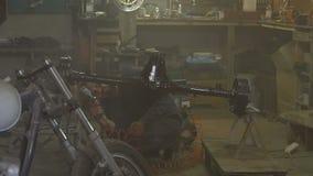 供以人员油漆汽车的曲轴在车库的 股票录像