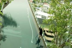 供以人员清洁手段与真空管擦净剂的游泳池 库存照片
