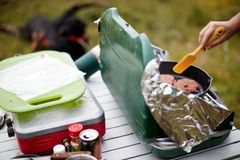 供以人员烹调在煤气炉的未加工的汉堡小馅饼 免版税库存图片