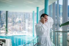 供以人员用途手机在的豪华旅馆温泉靠近游泳池 库存图片