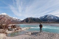 供以人员看山的河岸的远足者 免版税图库摄影