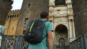 供以人员看新的城堡,观光旅游凯旋门惊人的门面  股票视频