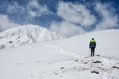 供以人员看起来去和认为在雪山小山风景的佩带的盔甲 免版税库存图片