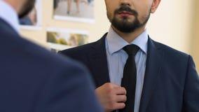供以人员看镜象反射尝试在西装的,第一天在新的工作 影视素材