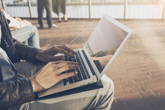供以人员研究他的膝上型计算机的商人自由职业者户外 免版税图库摄影