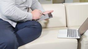 供以人员研究数字式片剂和膝上型计算机的图表设计师 股票视频