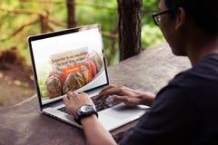 供以人员研究膝上型计算机/计算机,做订阅在屏幕上的食物博克 库存图片