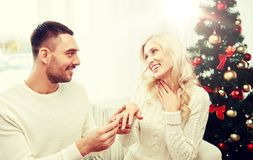 供以人员给定婚戒指圣诞节的妇女 库存照片