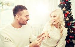 供以人员给定婚戒指圣诞节的妇女 免版税库存照片