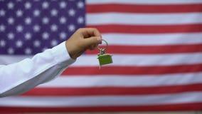 供以人员给房子钥匙美国军人,社会支持系统,房地产 股票录像