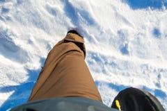供以人员腿入深雪 免版税库存图片