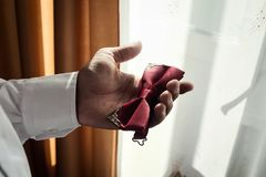 供以人员蝴蝶衣裳,投入在蝶形领结的商人 衣服,韩 免版税图库摄影