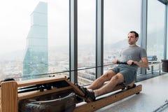 供以人员解决在行机器在健身演播室在scyscraper豪华旅馆健身房 免版税库存图片