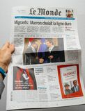 供以人员读世界报法国人与车灯和p的盖子报纸 免版税库存图片
