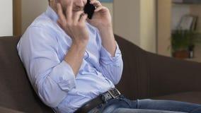 供以人员谈话在智能手机和笑,与朋友的交谈,通信 影视素材