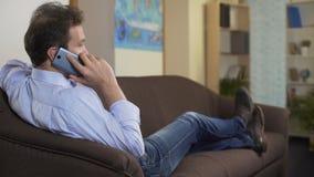 供以人员谈话在智能手机,谈论工作片刻与他的上司,通信 股票视频