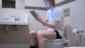 供以人员起反应对在片剂个人计算机的失败在洗手间,洗脸台 库存照片