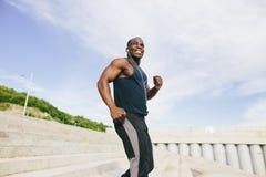供以人员跑阶梯步级,训练的非洲人室外,当跑步步时 免版税库存图片
