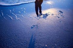 供以人员跳跃在海滩的喜悦的在日落 免版税图库摄影