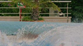 供以人员跳进游泳池 股票录像