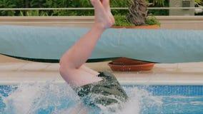 供以人员跳进游泳池 股票视频