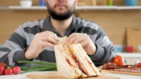 供以人员进入厨房,采取吃三明治的位子和开始 影视素材