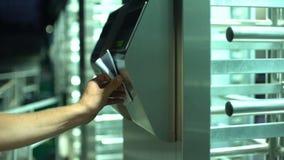 供以人员通过电子旋转门,商业中心的,特写镜头存取控制 股票视频