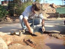 供以人员金子的摇摄在西澳州旅游矿  库存图片