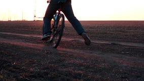 供以人员闸骑自行车在开始训练解决的 风险轻率冒险日落时间 股票录像